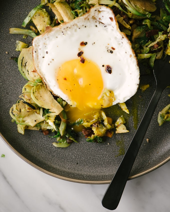 This brussels sprouts hash with bacon and egg is here to save your Whole30 day! It's a fast and easy breakfast prep recipe, that's paleo and whole30 compliant. Yes! #whole30 #paleo #breakfast #hash #brusselssprouts