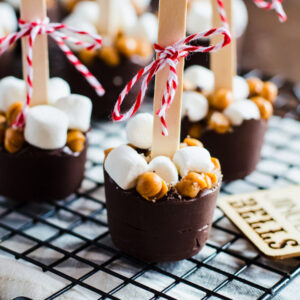 Hot chocolate on a stick seasoned with salted caramel and mocha arranged on a wire rack.